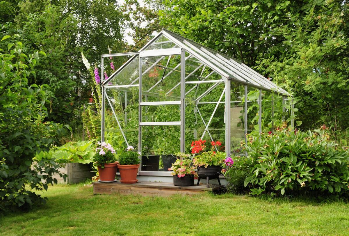 Comment bien équiper une serre de jardin ?